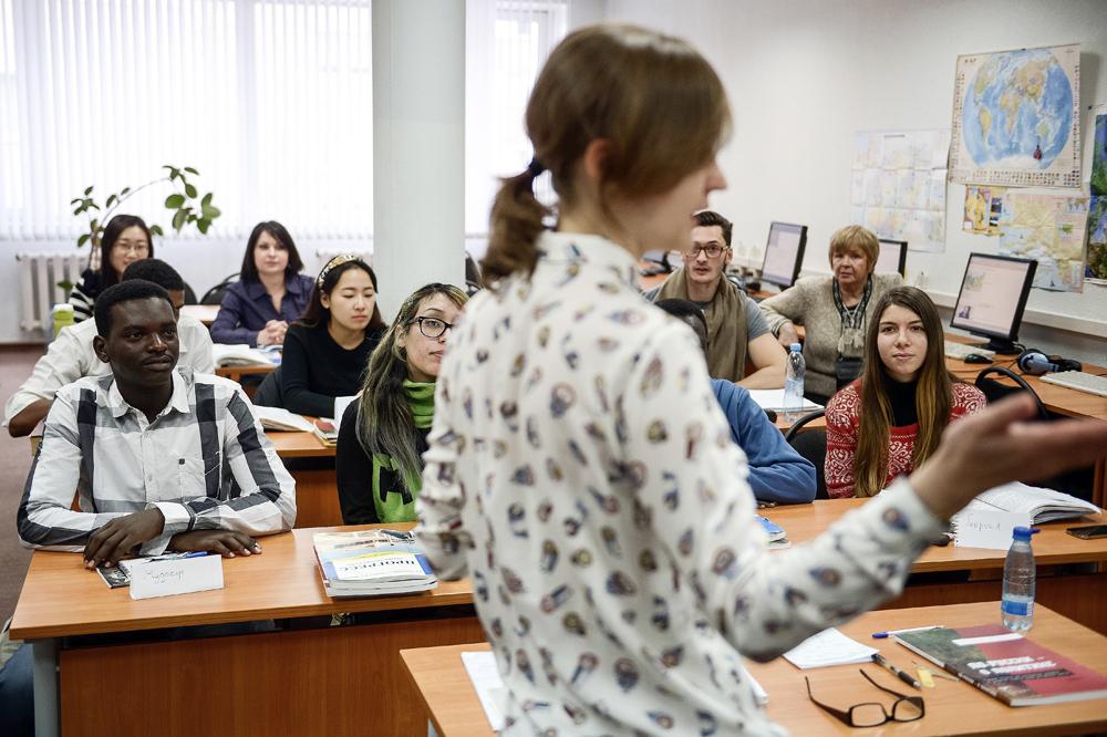 Para mahasiswa asing sedang mengikuti pelajaran bahasa Rusia di RUDN.