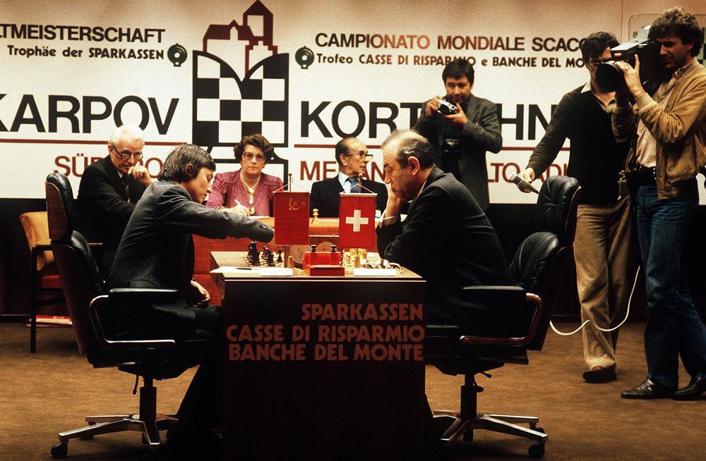 Anatoli Karpow (l.) und Wiktor Kortschnoi (r.) bei der Schach-Weltmeisterschaft 1981 in Italien. Die Begegnung war politisch brisant: Karpow trat für die Sowjetunion an, während Kortschnoi bereits unter schweizerischer Flagge spielte.