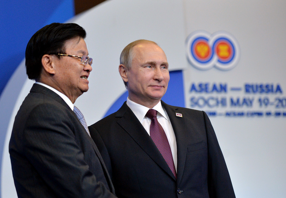 Russia's President Vladimir Putin (R) and Laos' Prime Minister Thongloun Sisoulith in Sochi, Russia, May 20, 2016.