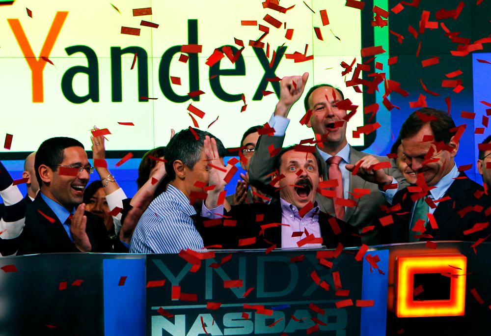 Il secondo da sinistra: Arkadij Volozh, Ceo di Yandex.