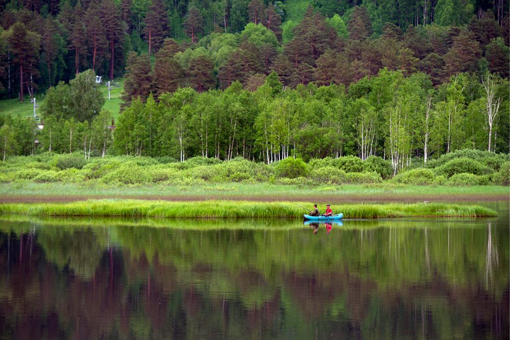 Россия. Республика Алтай. 7 июня 2016. Рыбаки на озере Манжерок в Майминском районе