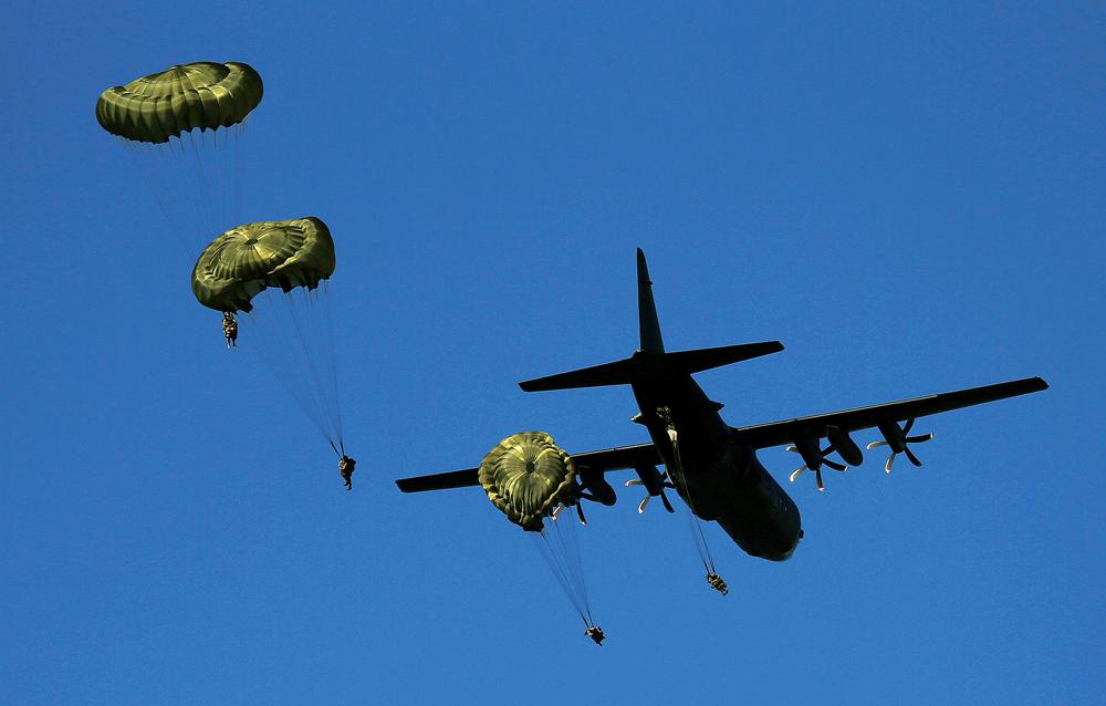 Des parachutistes britanniques sautent d'un C-130 Hercules lors des manœuvres de l'Otan Anaconda 16 près Toruń, en Pologne.