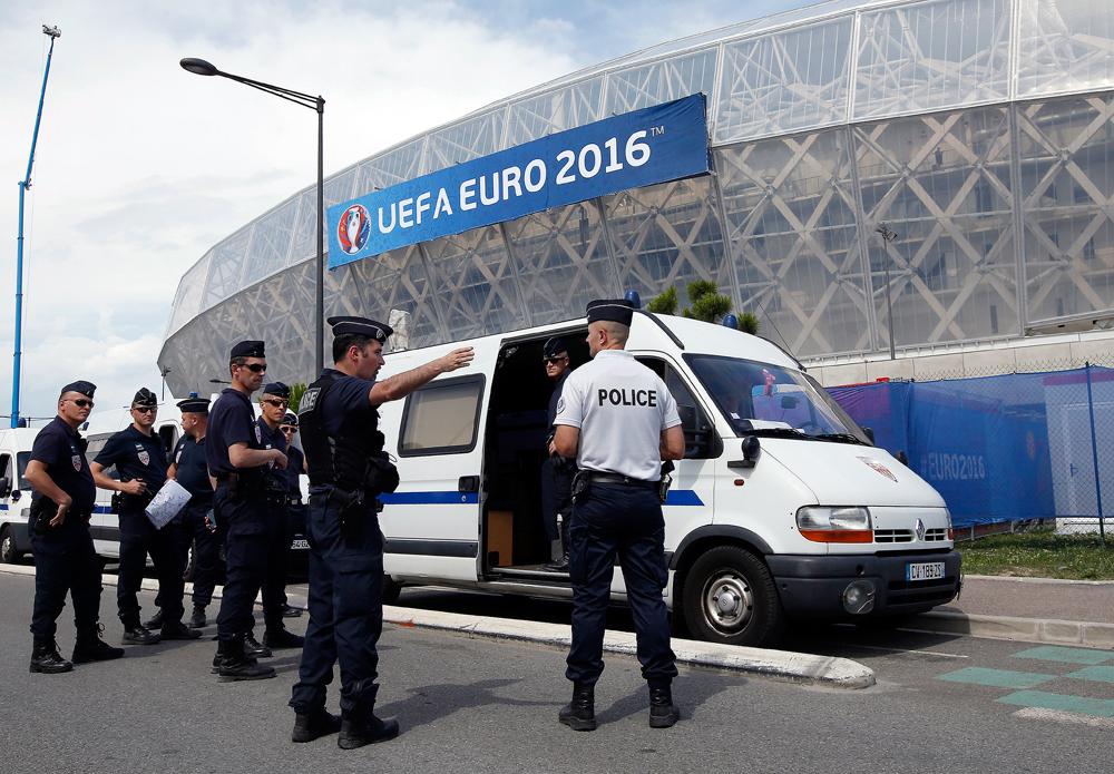 Des policiers déployés près du Stade Allianz Riviera à Nice avant le match du groupe C entre la Pologne et l'Irlande du Nord le 12 juin 2016.