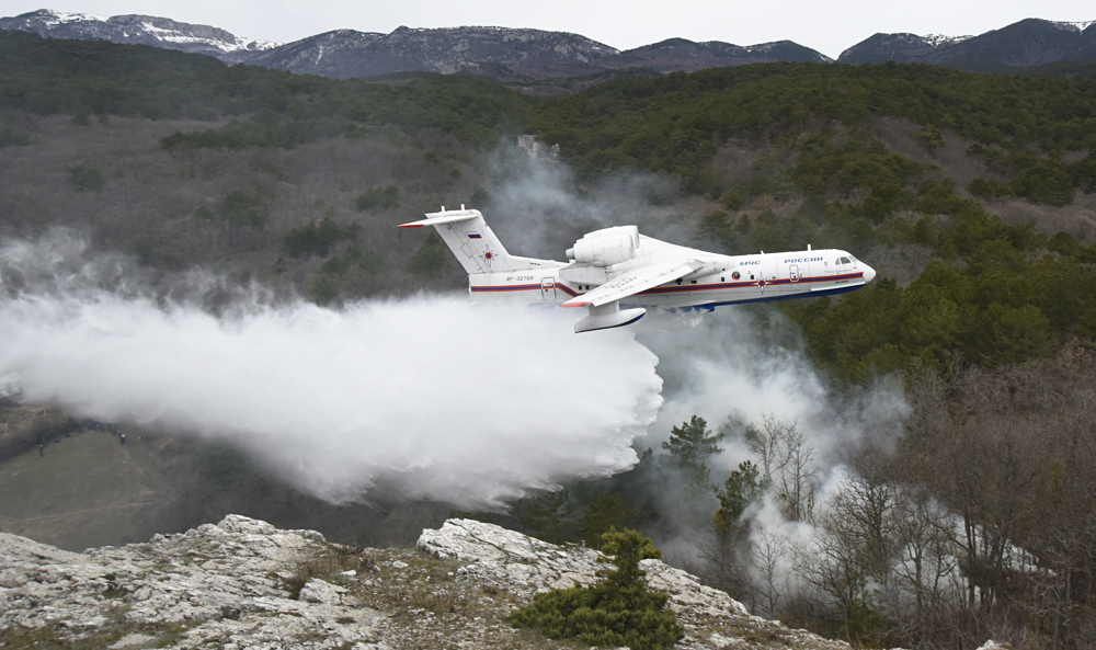 Russian Be-200 planes extinguish fires in 2 Portugal