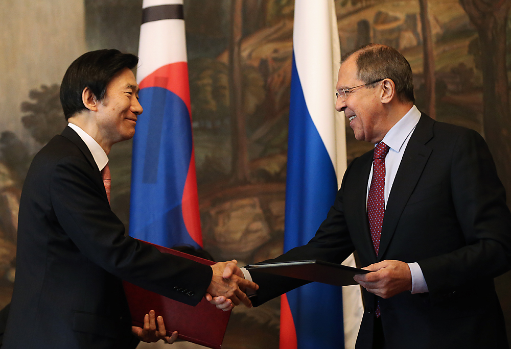 South Korea's Foreign Minister Yun Byung-se (L) and his Russian counterpart Sergei Lavrov (R) give a joint press conference following their talks.