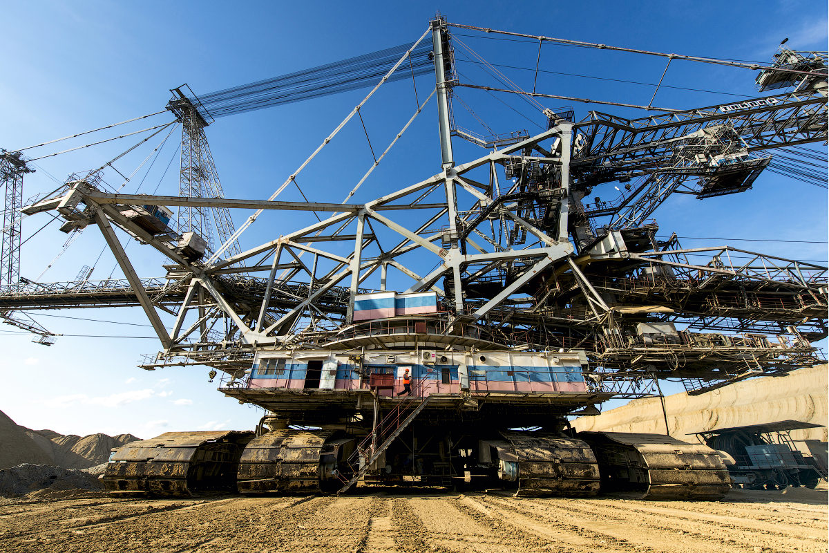 The bucket-wheel excavator TAKRAF SRs(K)-4000 that extracts coal at Nazarovsky mine looks really tremendous. It's the biggest machine of its kind in Russia.