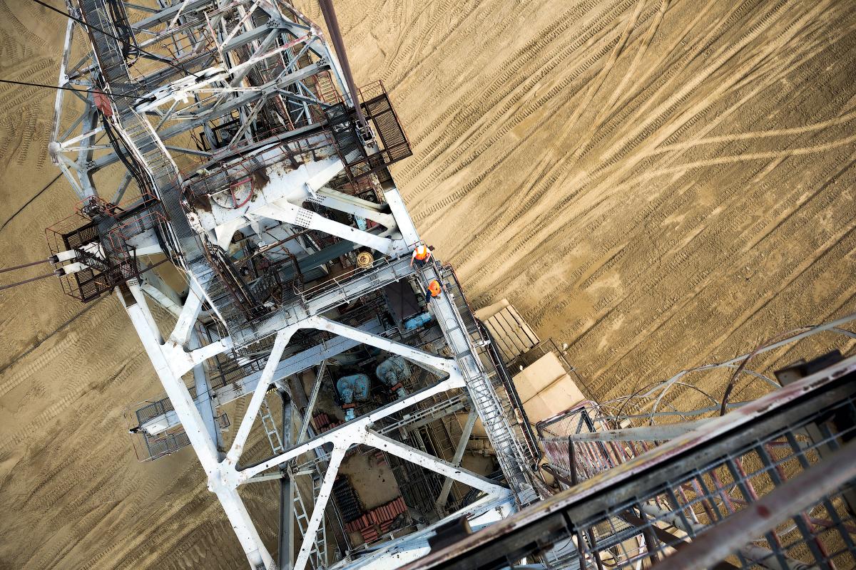 Skoraj celotna količina izkopanega premoga se transportira po železnici do bližnje Nazarovske termoelektrarne, ki ga uporablja za gorivo.