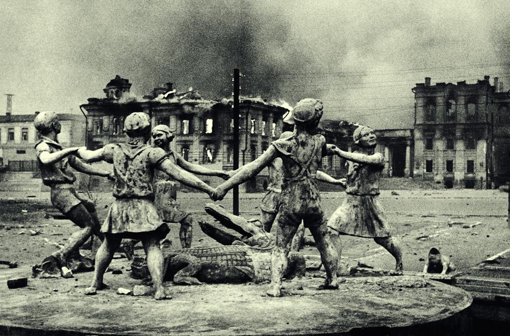 """Емануел Евзерихин. Фонтаната """"Детски танц"""". Сталинград (сегашен Волгоград), 23 август 1942."""