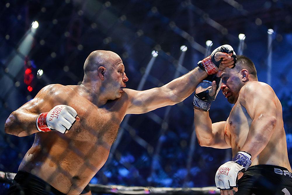 """Федор Емельяненко (Россия) и Фабио Мальдонадо (Бразилия) (справа) во время боя на турнире по смешанным единоборствам Fight Nights Global 50, проходящем на площадке """"Сибур Арена"""" в Санкт-Петербурге."""