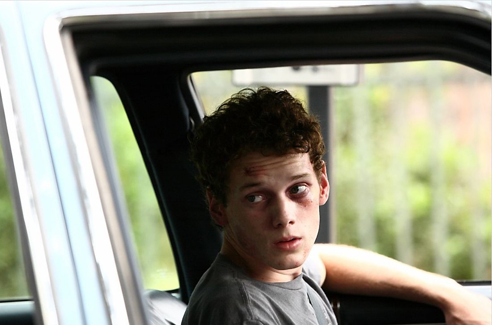 """Die Polizei geht davon aus, dass ein unglücklicher Zufall zum Tod desSchauspielers geführt hat. Nachdem Jeltschin seinen Wagen in der Hofeinfahrtgeparkt hatte, verließ er das Fahrzeug. Aus bislang ungeklärter Ursache setztesich das Auto in Bewegung, rollte die steile Einfahrt hinunter und erdrückte denSchauspieler am Einfahrtstor. // Eine Szene aus dem Film """"Middle of Nowhere"""" (2008)."""