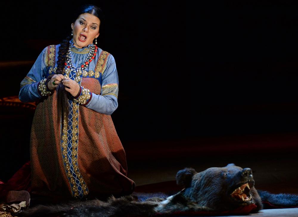 「皇帝の花嫁」のリュバシャを演じているスヴェトラーナ・シロワ=