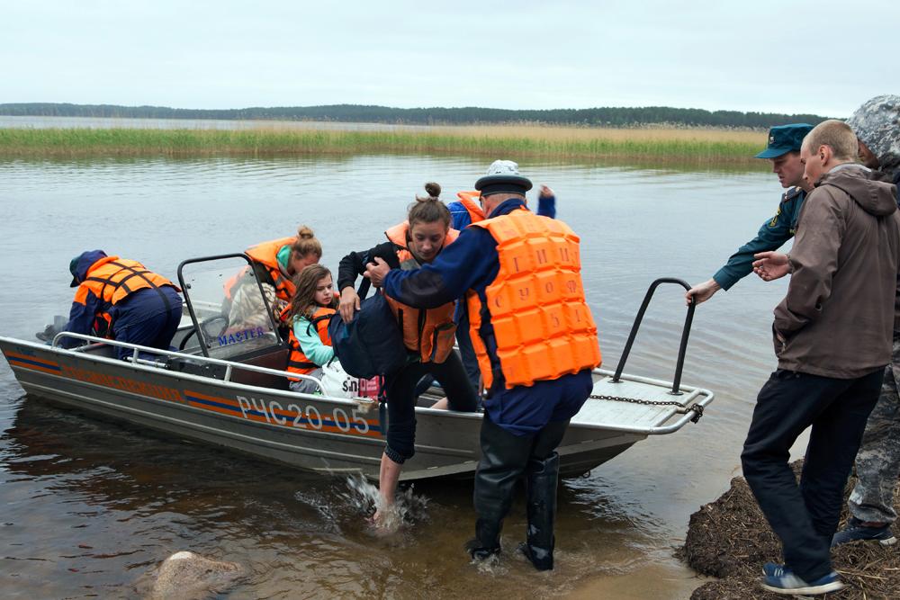 Operazioni di salvataggio sul lago Syamozero, dove è avvenuta la tragedia.