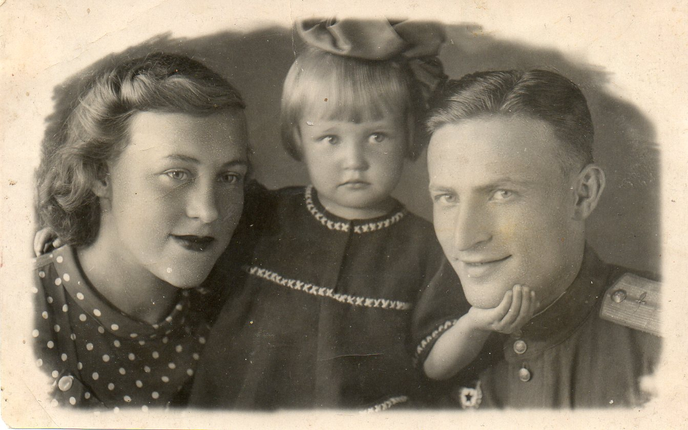 Ella (centro) foi evacuada com a mãe quando era ainda bebê; Mikhail seguiu para o fronte