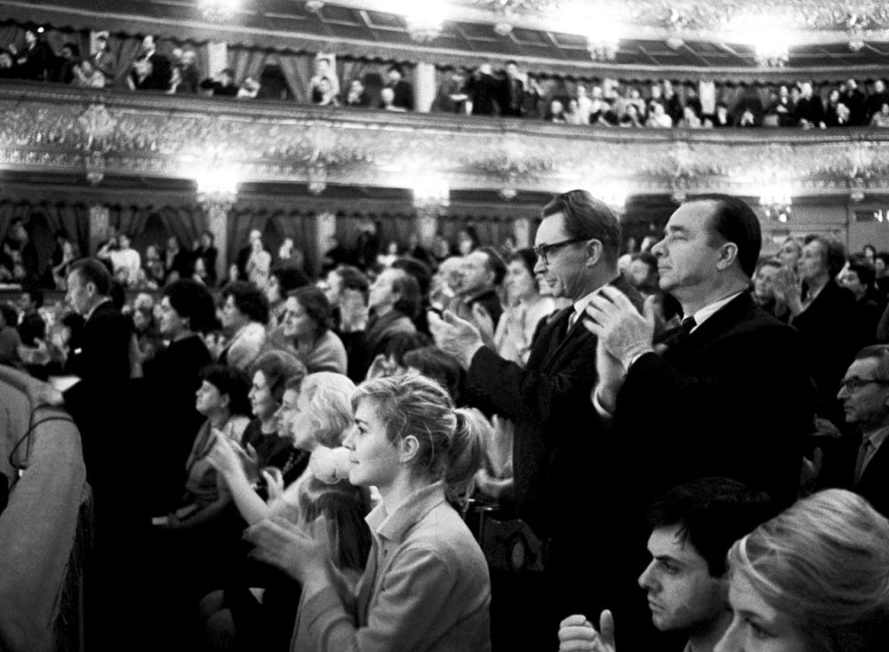 Standing ovation al termine di uno spettacolo al Teatro Bolshoj di Mosca durante il periodo sovietico.