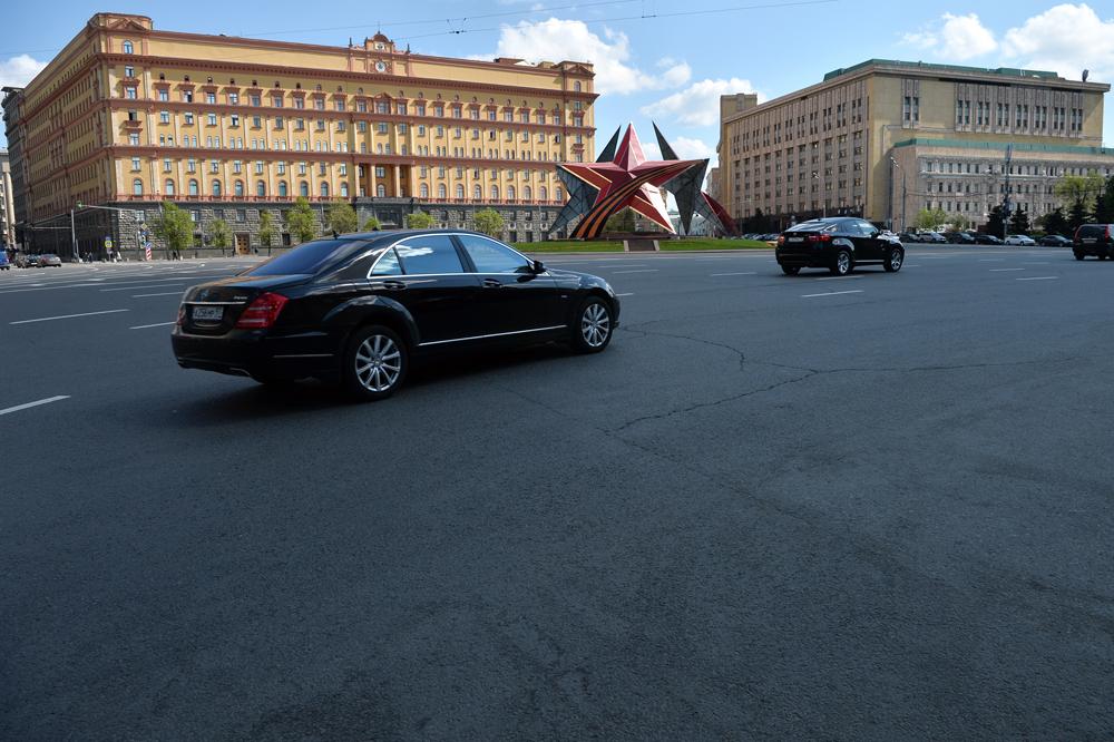 Gedung Badan Keamanan Federal (FSB) di Lapangan Lubyanka, Moskow. Sebelum digunakan sebagai gedung FSB, bangunan ini sebelumnya merupakan gedung Komite Keamanan Negara (KGB).
