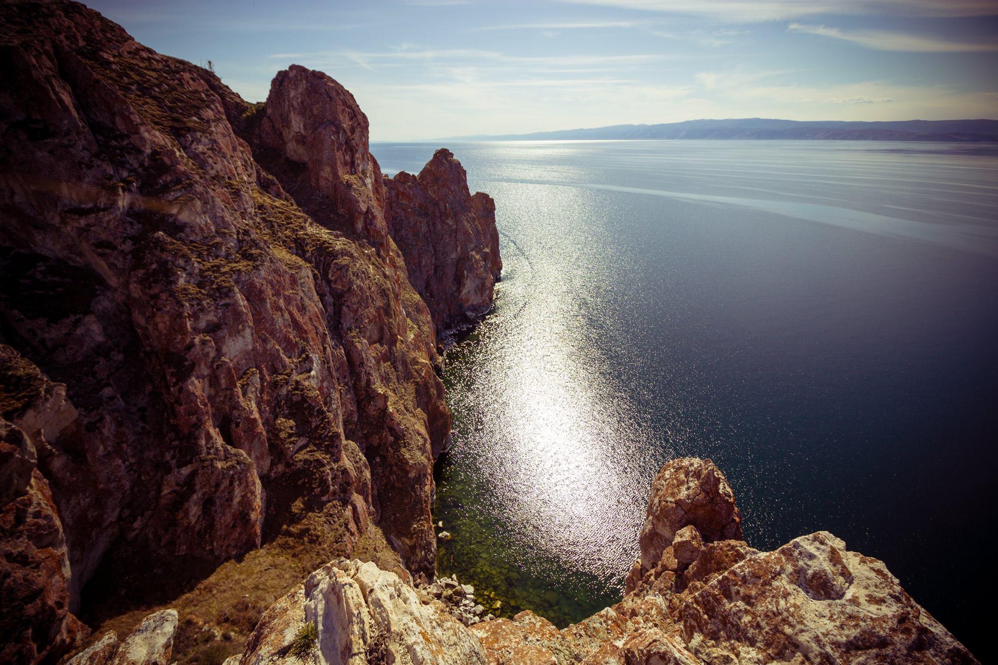 A indústria também tem mostrado forte interesse no Baikal, causando danos ao meio ambiente e colocando em risco o delicado equilíbrio ecológico da região. As empresas Baykalsk Pulp e Paper Mill, por exemplo, descartaram grande quantidade de resíduos no lago entre 1966 e 2013, apesar dos protestos de moradores locais.