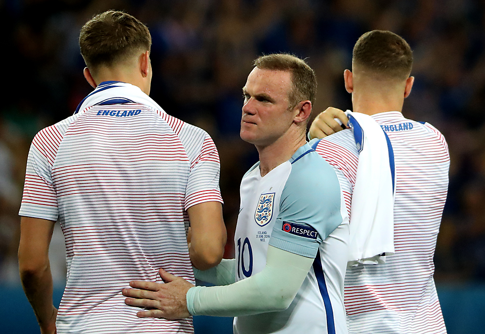 Pemain sepak bola Inggris, Wayne Rooney (tengah), pada akhir pertandingan babak 16 besar Euro 2016 antara Inggris melawan Islandia di Stade de Nice, di Nice, Prancis, 27 Juni 2016. Inggris tersingkir dari turnamen Piala Eropa setelah kalah 1-2 dari Islandia.