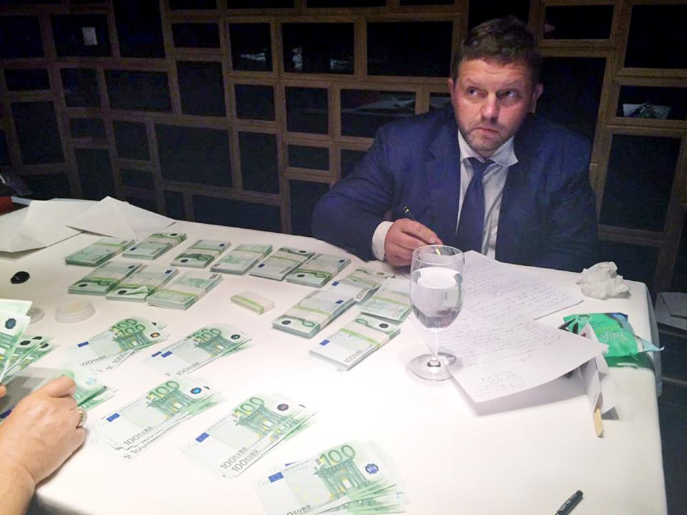 Una delle immagini del blitz organizzato dalla Commissione d'inchiesta che, nell'ambito di un'operazione sperimentale, ha consegnato a Belykh delle banconote segnate, che egli non ha rifiutato.