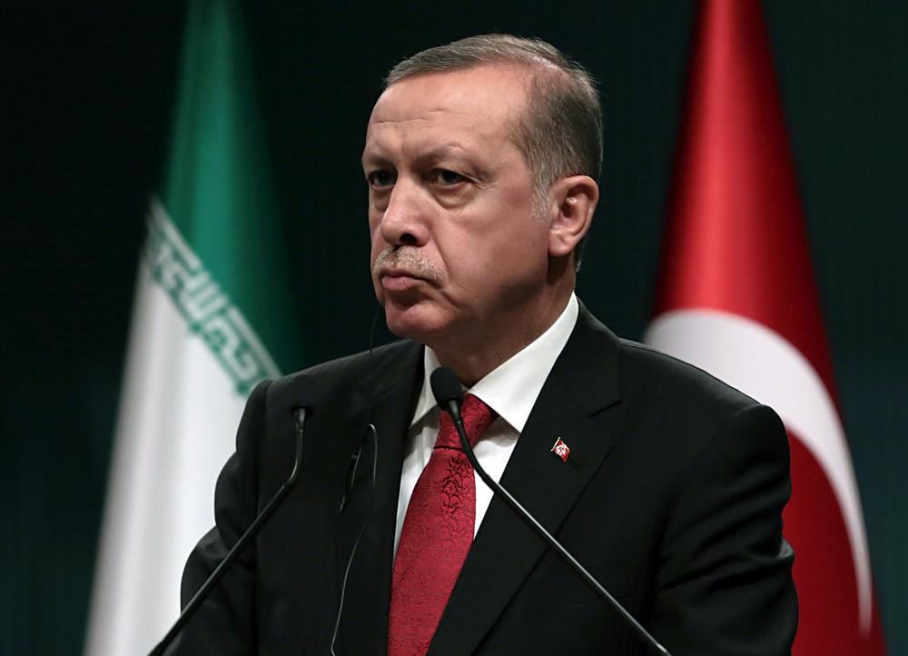 Le président turc Recep Tayyip Erdogan écoute son homologue iranien Hassan Rouhani lors d'une conférence de presse à  Ankara, en Turquie, le samedi 16 avril 2016.