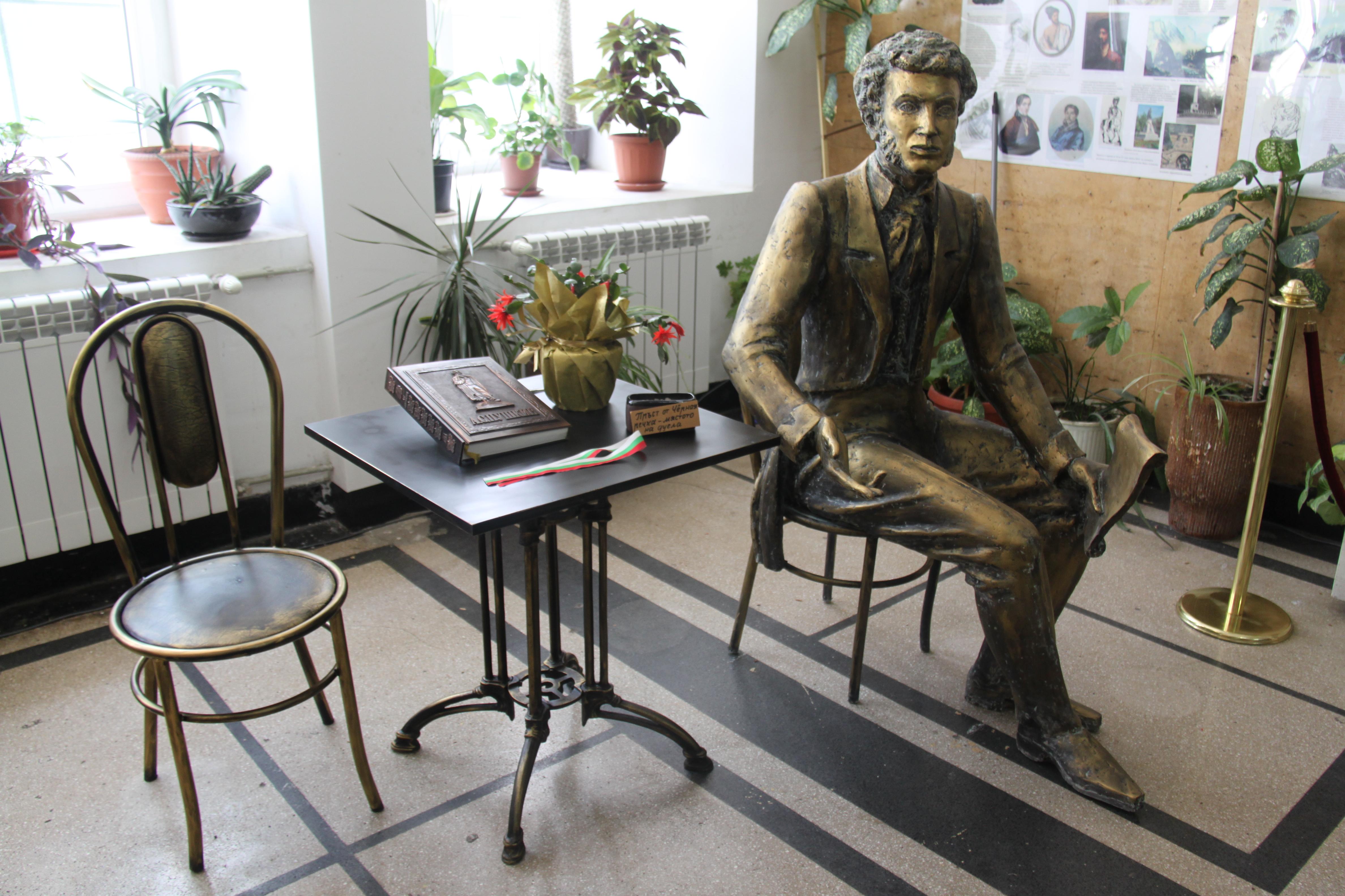 Новата скулптурна композиция на А.С. Пушкин в столичното 133 СОУ, автор Тодор Димитров.