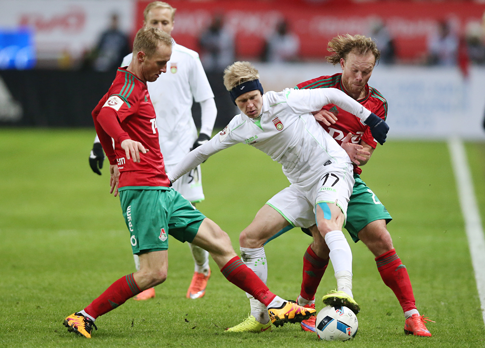 Ufa's Alexander Zinchenko (C) fights for the ball in the 2015/16 season of Russian Premier League football match.