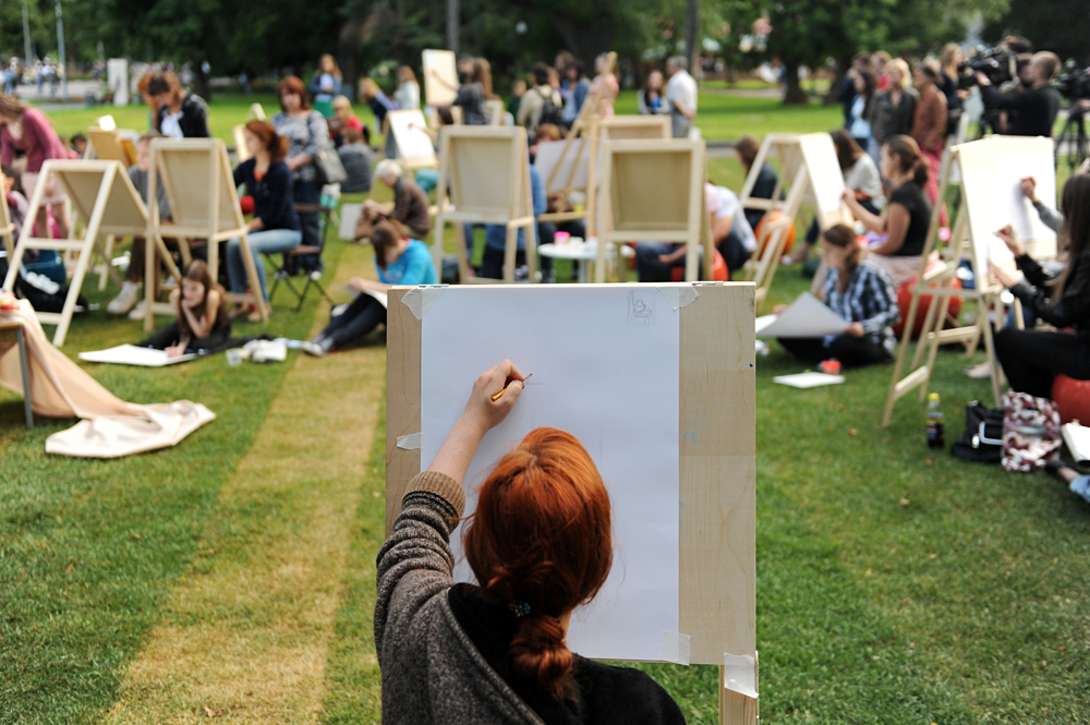People taking outdoor painting classes in Central Alley in Moscow's Gorky Park.
