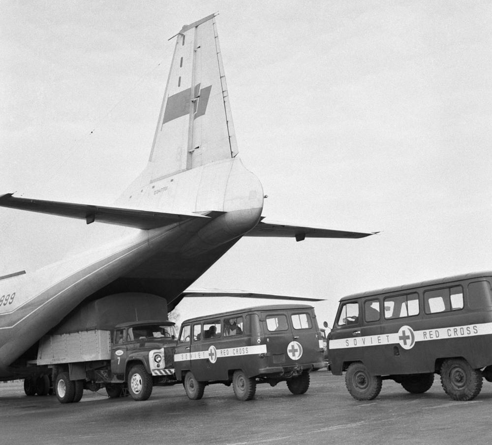 СССР, 3 април 1972 г. Две коли с храна и медицински материали от асоциацията на Червения кръст в СССР са натоварени в самолет на летище Шереметиево - за гражданите на Народна република Бангладеш.