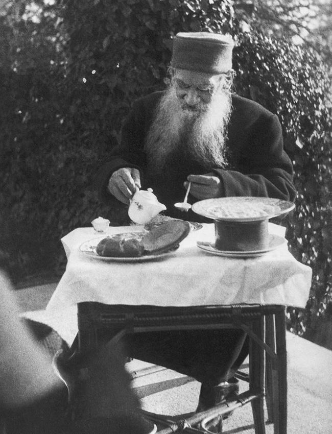 """Vegetarianismo. Em uma entrevista à revista norte-americana """"Good Health"""" (Boa Saúde), em 1908, Tolstói revelou que havia se tornado vegetariano em torno de 1883. Já em 1893, o escritor redigira """"O Primeiro Estágio"""", um trabalho influente que se transformou em manual para a primeira geração de vegetarianos russos."""