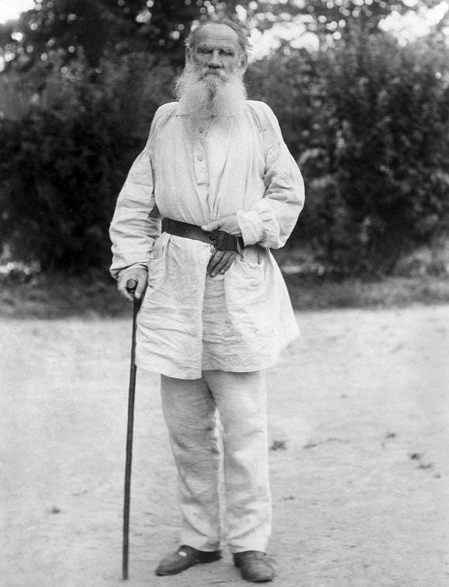 """Normal, mas diferente. Disposto a superar as diferenças de classe, Tolstói abandonou o dress code da nobreza russa. Embora não tenha lançado uma nova tendência, ele previu que a moda se tornaria mais casual ao longo dos anos. Convencido de que a literatura era um esforço """"sem sentido"""", Tolstói disse, certa vez, que gostaria de conseguir um emprego """"de verdade"""" e aprender a produzir calçados."""