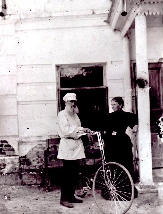 Bike e fitness. Em 1895, a Sociedade de Ciclistas de Moscou honrou o autor com um presente bastante generoso: uma bicicleta Rover. Aos 67 anos, o escritor se tornou então a cara do esporte no século 19 e ensinou seus filhos a andar de bicicleta. Os passatempos de Tolstói também incluíam caminhada, ginástica, natação, equitação e corrida. O escritor se esforçava para demonstrar que a imagem popular do intelectual fraco, que não era capaz de levantar nada mais pesado do que um livro, era coisa do passado.