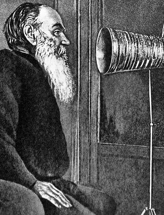 Gadgets. A primeira vez que a voz de Tolstói foi gravada foi em 1895, na casa de Iúli Blok, pioneiro da gravação de som. Treze anos mais tarde, o autor ganhou o seu próprio fonógrafo, dado a ele por ninguém menos que seu inventor, Thomas Edison. Junto com o dispositivo havia uma mensagem em que Edison pedia a Tolstói para fazer gravações em paralelo para o público não russo. Após a morte do escritor, as suas gravações foram relançadas, com quase 100 mil cópias em circulação.