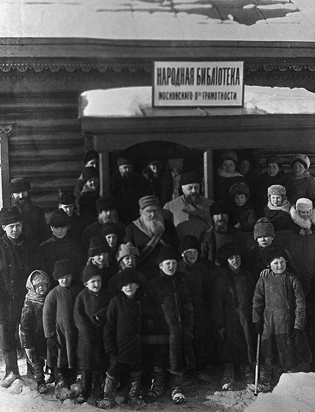 Educação alternativa para crianças. Uma escola para crianças camponesas foi inaugurada em Iasnaia Poliana em 1859. Ali o ensino era baseado em um único princípio – a ausência de quaisquer restrições. As aulas, algumas ministradas pelo próprio Tolstói, não seguiam um padrão de duração, a lição de casa não era obrigatória, e a prioridade era incentivar as crianças a pensar de forma independente.