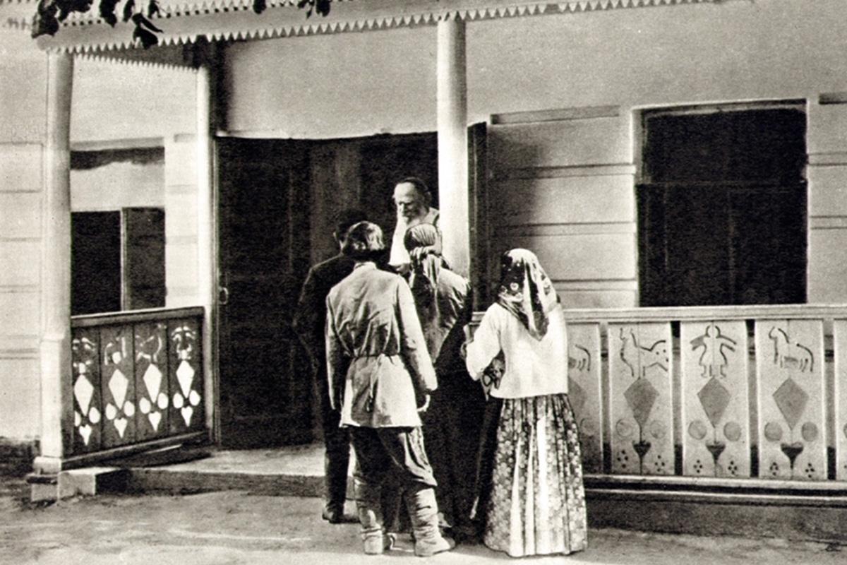 Caridade mão-na-massa. Tolstói não gostava de dar esmolas. Em vez disso, preferia descobrir a origem dos problemas das pessoas e lidar com eles diretamente – ou dando-lhes as coisas que eram necessárias ou dando uma mãozinha em alguma tarefa, seja para consertar um fogão ou ajudar na colheita.