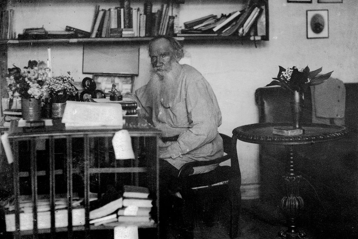 Desapego. Até 1910 a biblioteca pessoal de Tolstói tinha 22.000 periódicos e volumes, entre os quais o mais antigo havia sido impresso em 1613. A tarefa de organizar a biblioteca foi confiada a Sofia Andreievna, mulher do autor. Como Tolstói rejeitava a ideia de propriedade pessoal, seus convidados eram livres para levar qualquer livro que quisessem.