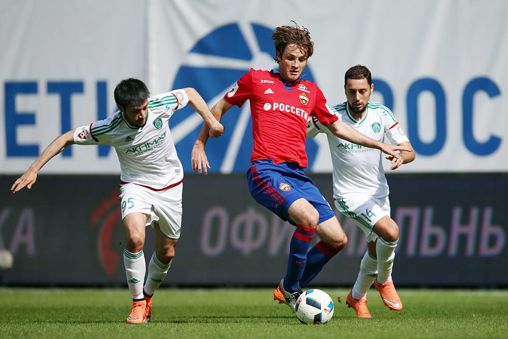 Mario Fernandes (centro) em disputa contra Terek Grózni durante o Campeonato Russo