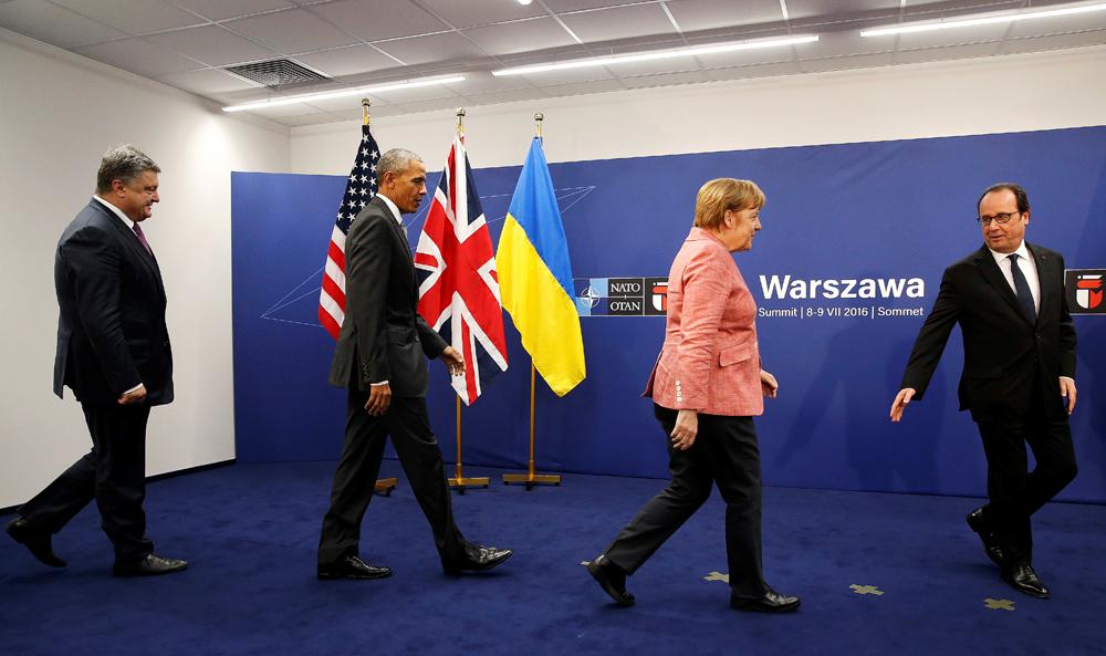 De gauche à droite : Petro Porochenko, président de l'Ukraine, le président américain Barack Obama, la chancelière allemande Angela Merkel et le président de la France François Hollande lors du sommet de l'Otan à Varsovie, Pologne.