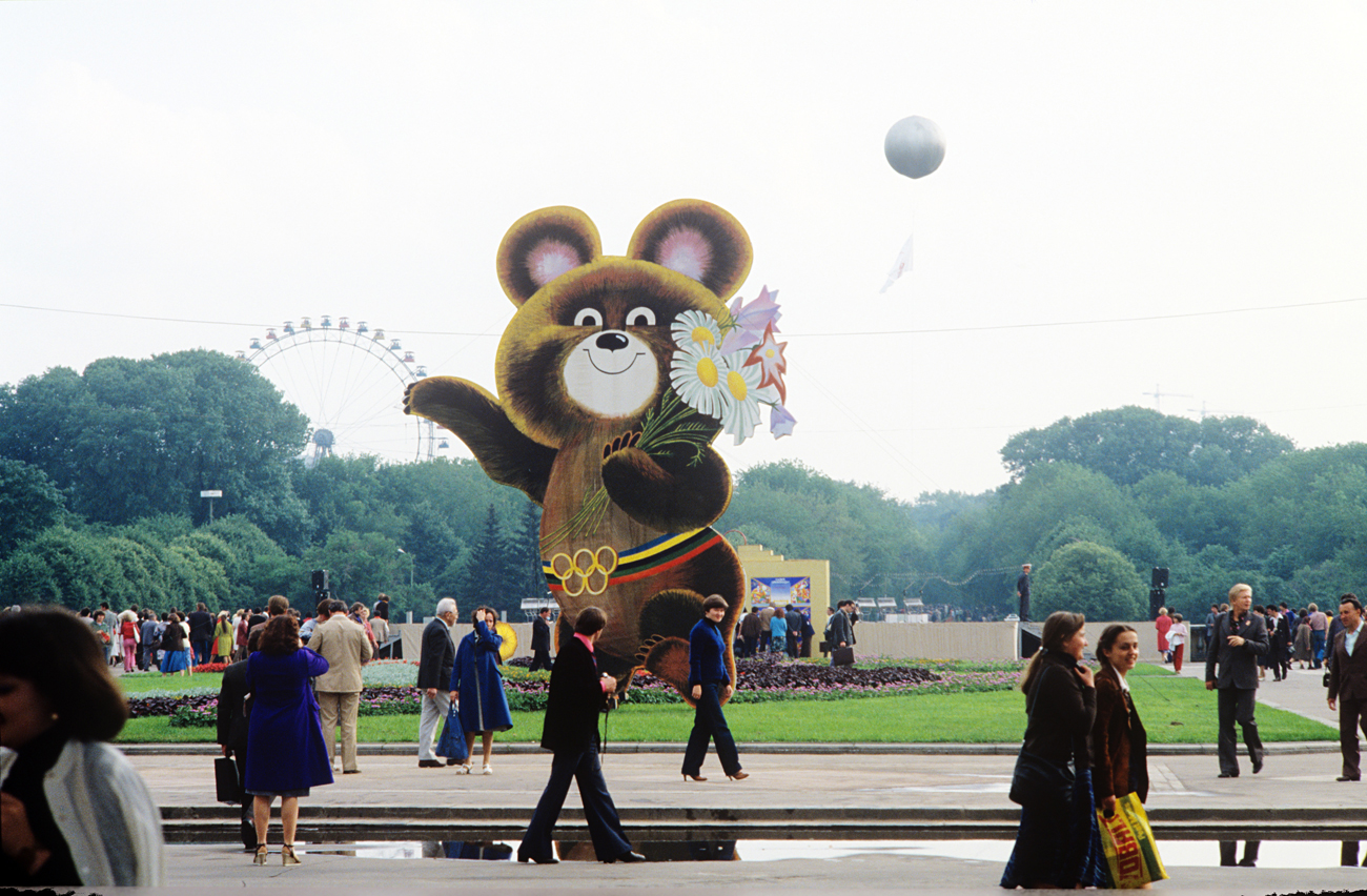 Olympic Mishka, the mascot of the 1980 Summer Olympic Games in Moscow, welcomes visitors of Gorky Central Park. Moscow, USSR.