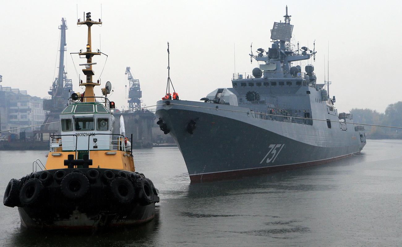 """Фрегатата """"Адмирал Есен"""" во бродоградилиштето """"Јантар"""" на Балтикот."""