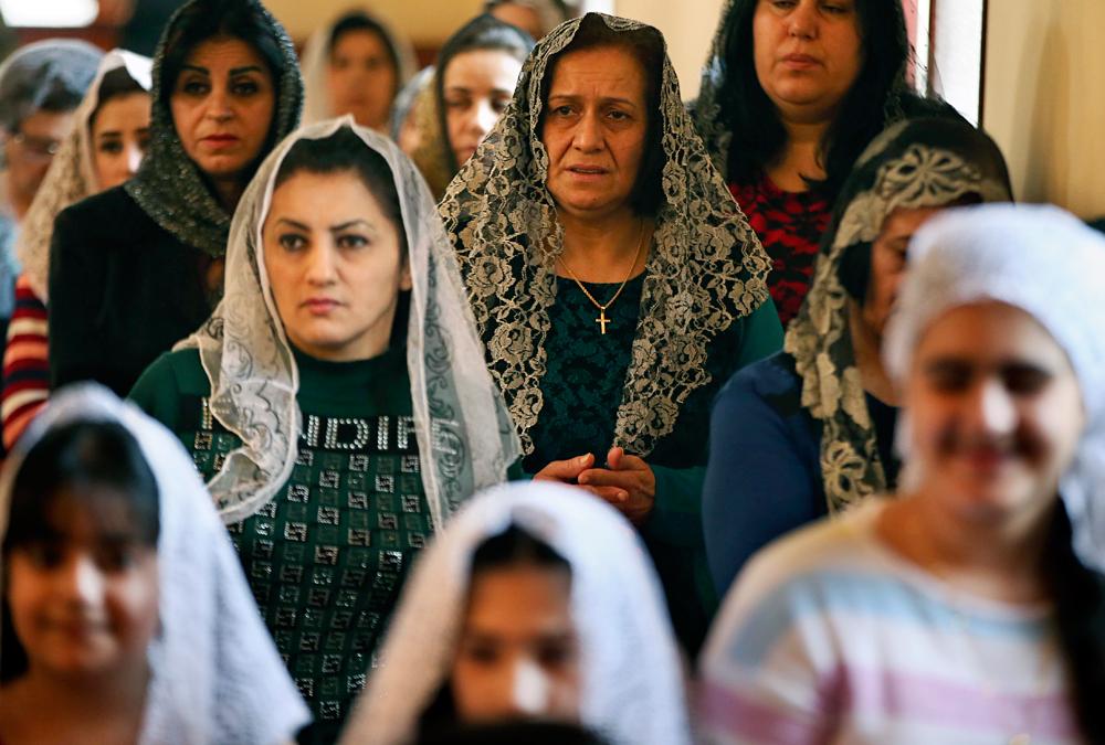 Femmes chrétiennes assyriennes lors de la célébration du dimanche des Rameaux dans une église assyrienne à Beirut, Liban, le 29 mars 2015.