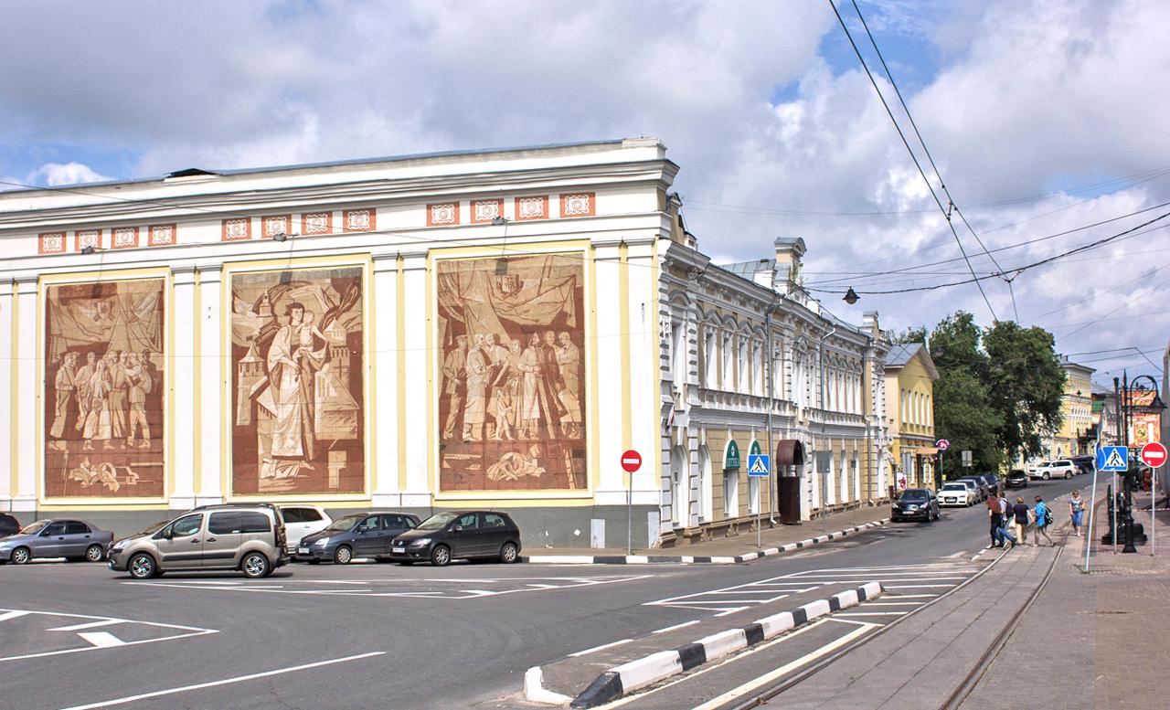 """С годините отбранителната индустрия в града започва да привлича вниманието на чуждите разузнавателни служби. След като е регистриран скок на инцидентите, свързани с шпионаж, на 4 август 1959 г. Съветът на министрите на СССР издава резолюция """"За затварянето на гр. Горки (Нижни Новгород) за чужденци"""". Градът остава затворен до 1991 година."""