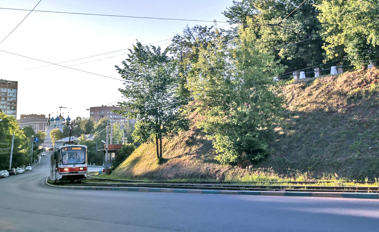 Возенето на трамваите в Нижни Новгород далеч не е обикновено туристическо пътуване. Местната трамвайна система е най-старата в Русия. Построена е за откриването на гореспоменатото изложение през 1896 г. и е необикновена с това, че първоначално се състои от четири различни трамвайни системи с трима различни собственици, всяка със собствено междурелсие. За щастие, днес всичко е стандартизирано.
