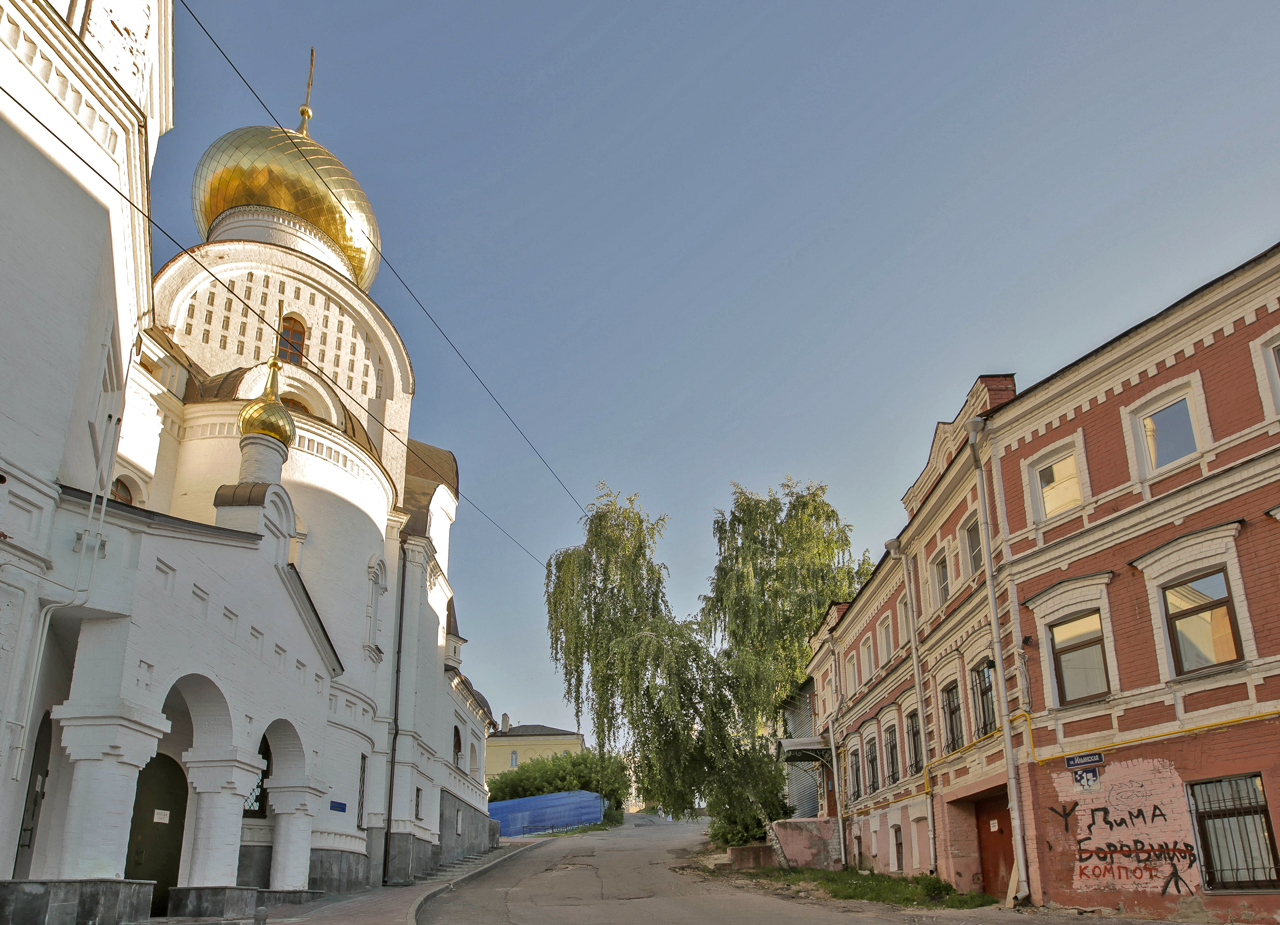 """Нижни привлича туристи от цял свят. И за това си има добра причина – градът е средище на множество забележителности, сред които е Нижегородският кремъл, църкви и храмове от най-разни епохи и архитектурни стилове. Там е и невероятната сграда на """"Госбанк"""", където в миналото се е помещавала Централната банка на Съветския съюз. Но това е само имиджът на града от пощенските картички."""