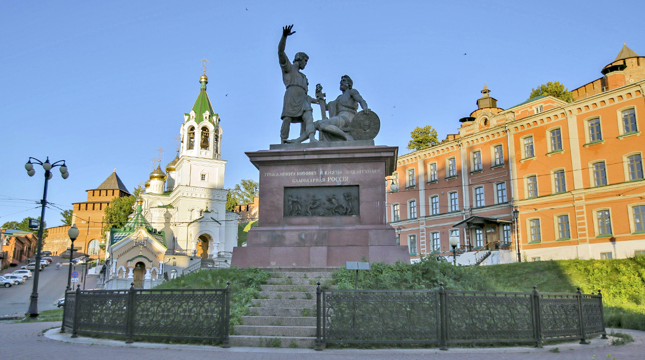 "Is this the ""ceremonial"" Nizhny? In the foreground we see a stately monument to local heroes Minin and Pozharsky (similar to the one in Moscow in front of St. Basil's Cathedral), a church, and... Bugrov House, the very same shelter that inspired writer Maxim Gorky to pen the play The Lower Depths at the turn of the 20th century. That's the underside of Nizhny life."