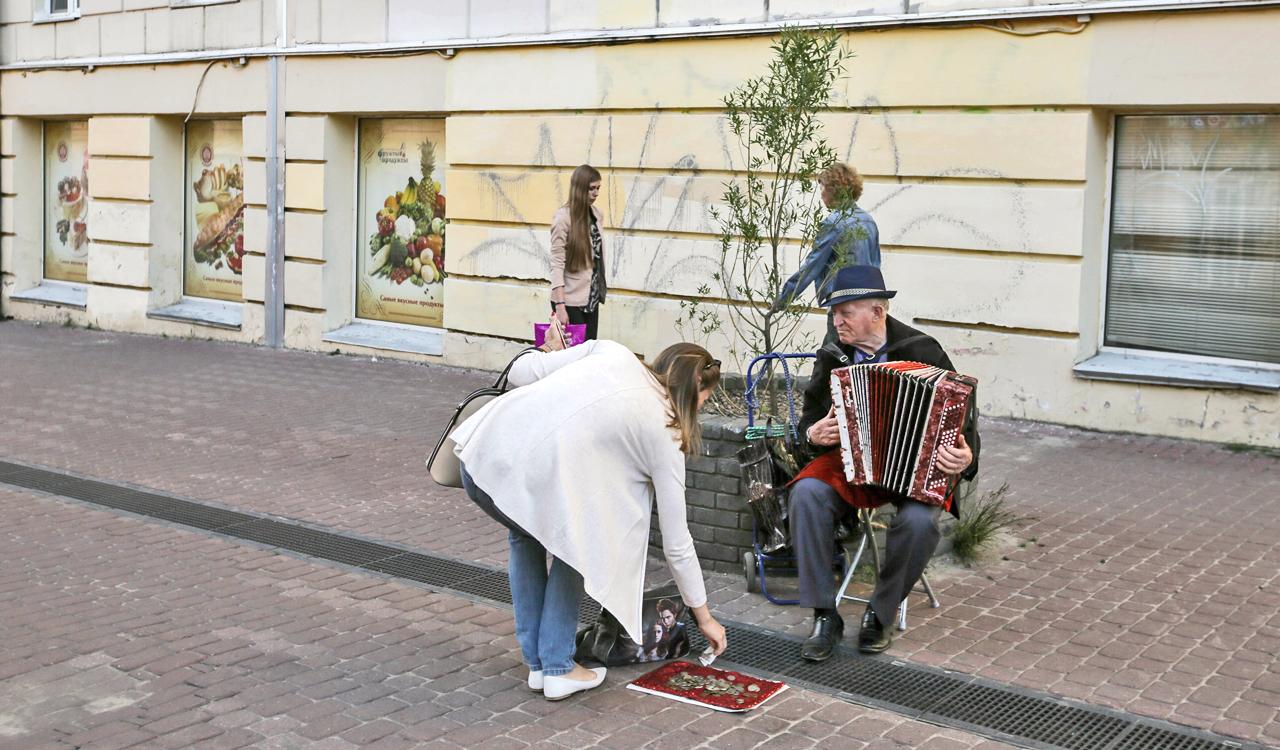 """Живата градска култура е това, което всъщност характеризира Нижни Новгород. На всеки 10 метра по главната улица """"Болшая Покровская"""" може да се натъкнете на улични музиканти на възраст от 15 до безброй години – въоръжени с акордеони, китари, саксофони и хармоники. Броят им е по-голям, отколкото на московската улица """"Арбат""""."""