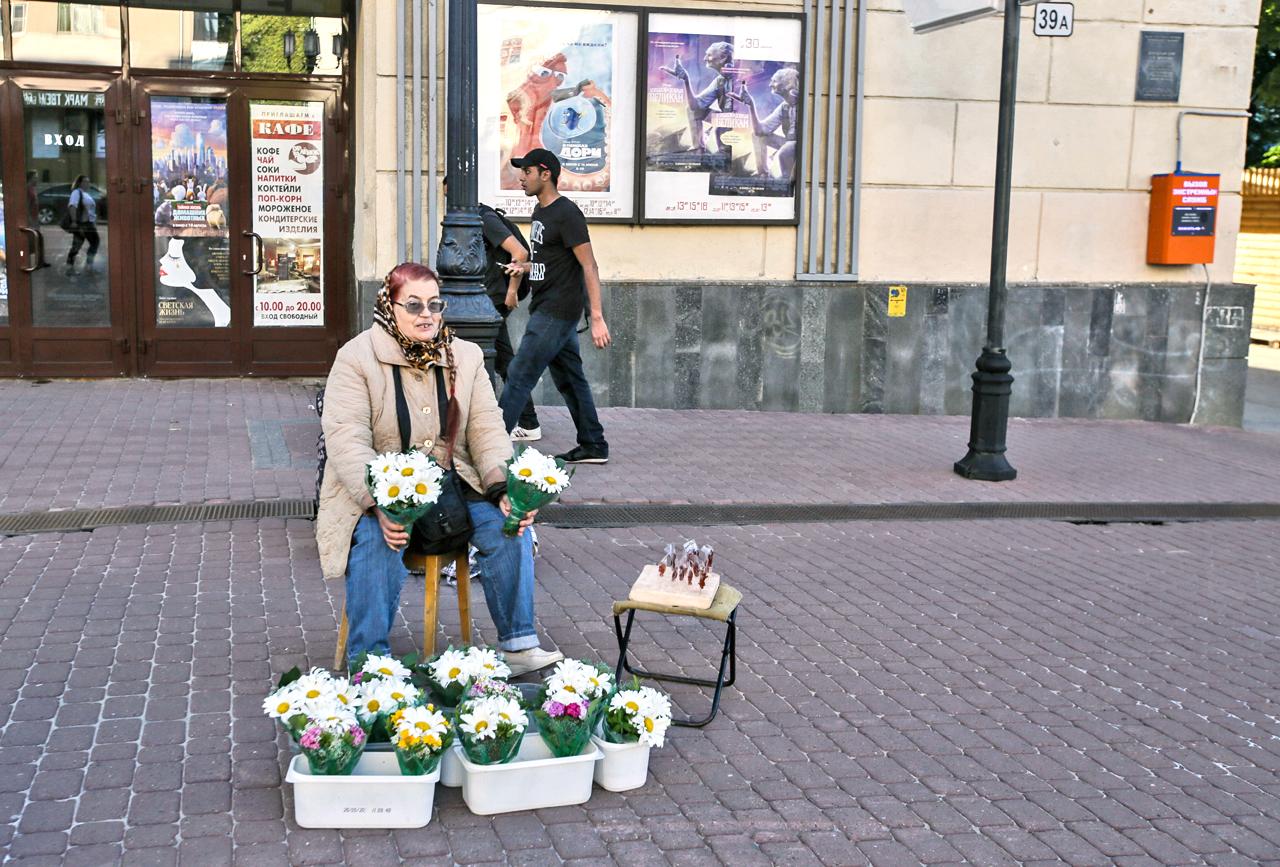 В Нижни процъфтява и търговията – независимо дали става въпрос за цветя, прибори за хранене с хохломски мотиви, беларуско плетиво или китайски слънчеви очила. Там, където има търговия, има и живот.