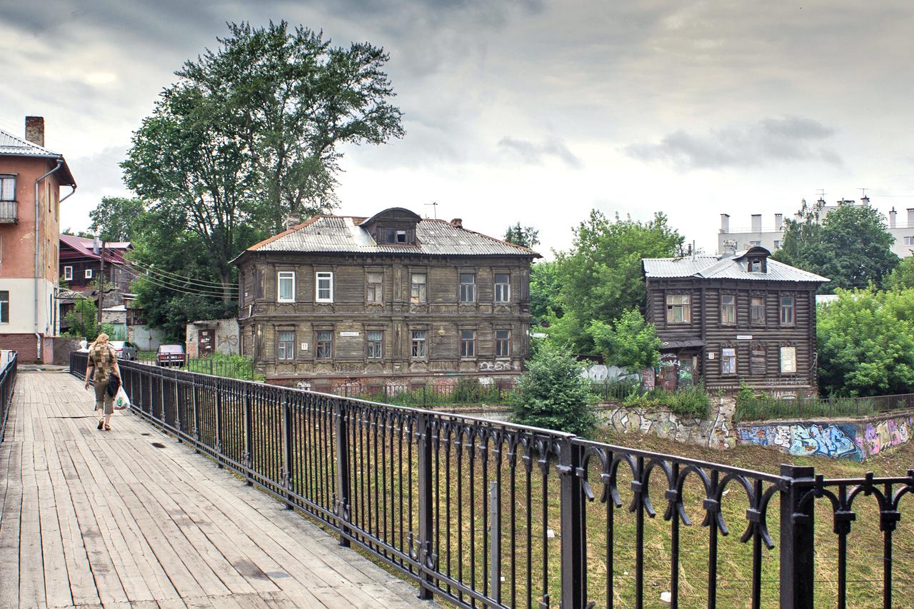 Запазените дървени къщи са също толкова характерен символ на Нижни Новгород, както вътрешните дворове на Санкт Петербург. Млади художници на графити се опитват да привлекат внимание към дървените постройки в града, като ги рисуват. Така те едновременно показват, че повечето от сградите се нуждаят от ремонт.