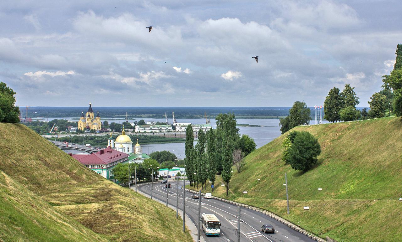 """Уникалният ритъм на Нижни Новгород се създава от неговите студенти (в града има много университети), съвременни компании (""""Красное Сормово"""", ГАЗ, заводът за самолети """"Сокол"""" и др.), изследователски институти, многобройни театрални и музикални фестивали и симфонични концерти."""