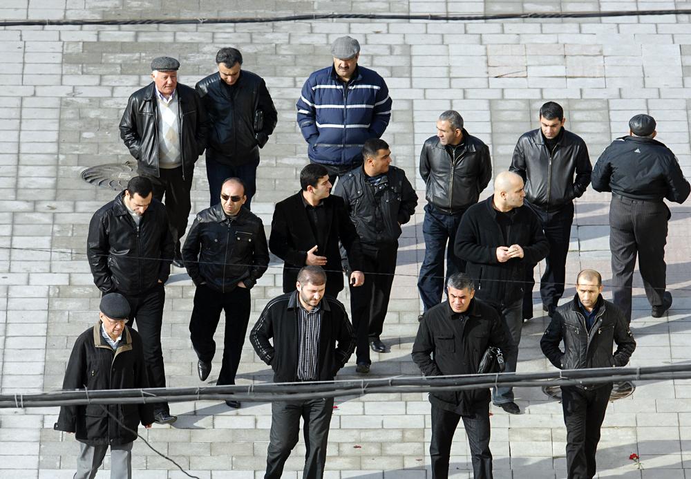 Des gens lors du service funèbre pour le parrain de la mafia russe Viatcheslav Ivankov, alias Iapontchik (petit Japonais), au cimetière Vagankovskoïe à Moscou.