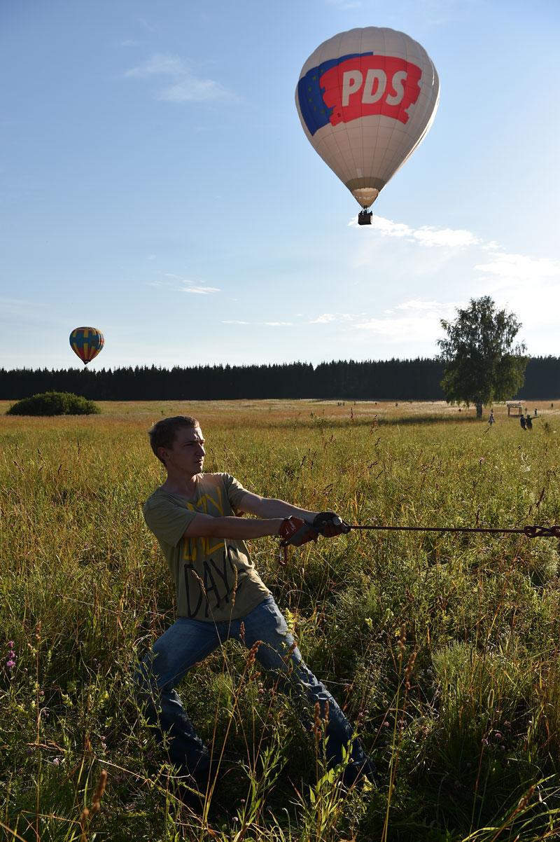 Un volo in mongolfiera inizia togliendo il pallone dal suo contenitore