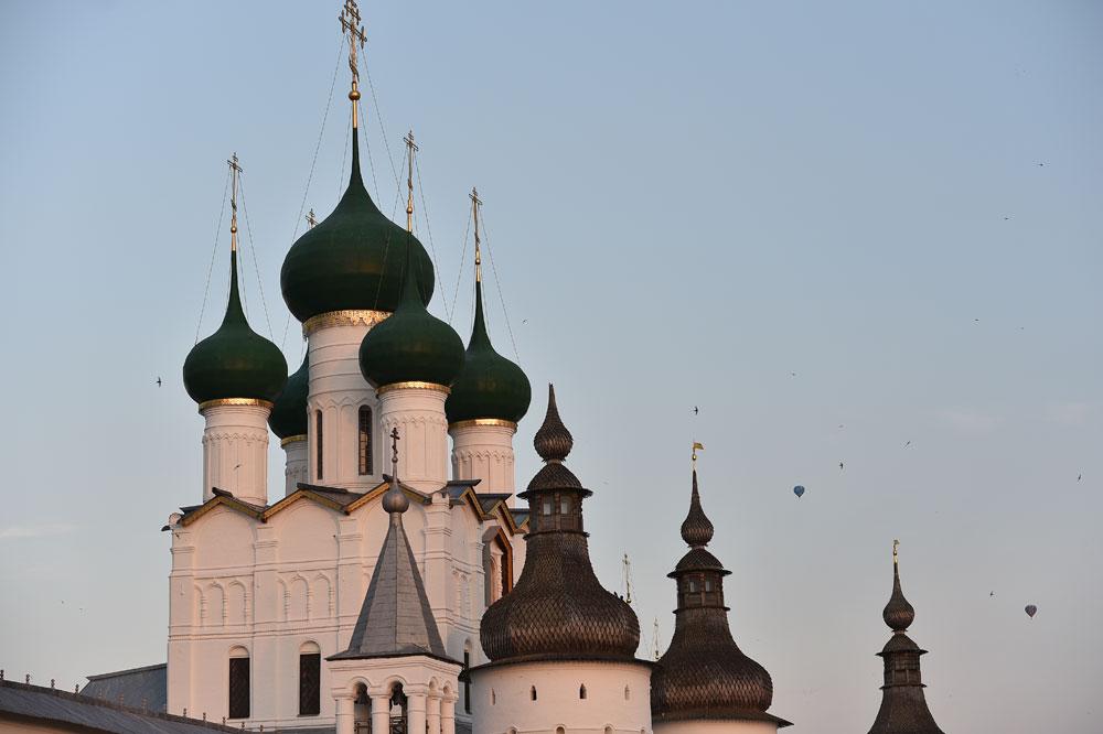 Suggestive le immagini delle mongolfiere che si innalzano sopra le cupole delle antiche chiese locali
